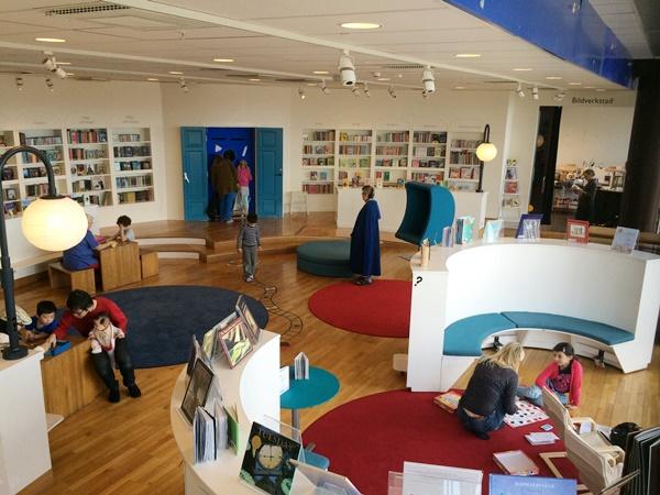 Ett till barnvänligt rum där det fanns mjuka mattor och kuddar där man kan slå sig ner med en bok eller ett spel.