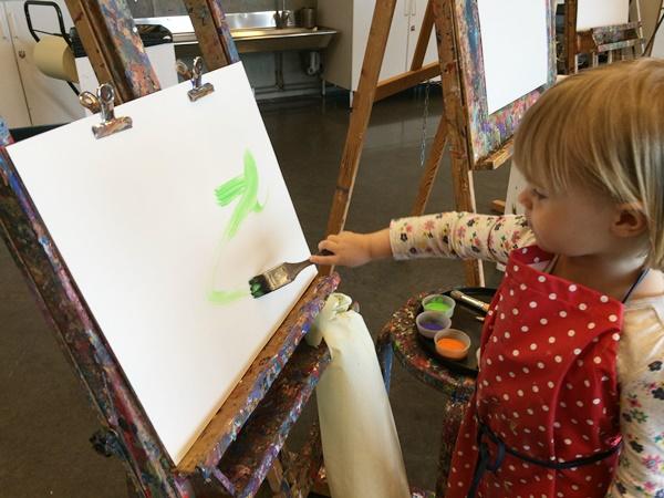 Veckans färger var orange, grön, lila och vit. Maja tog den största penseln och satte igång direkt.