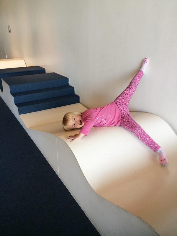 Är det en rutschkana eller en trappa eller....ja någonting roligt är det!