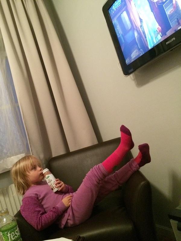 Maja passar på att slappa lite på hotellrummet. Lyckans ost för det fanns Disney Channel!