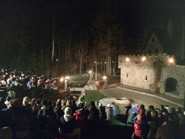 Spänd förväntan innan kvällens föreställning. Det var mycket stämningsfullt med Mattisborgen upplyst av flammande facklor.