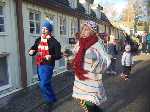 Helt plötsligt kommer Pippi och Fridolf sjungandes och dansandes ner för en gata i Den lilla, lilla staden