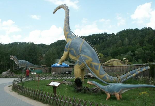 Häftigt att få vandra runt bland naturtrogna dinosaurier.