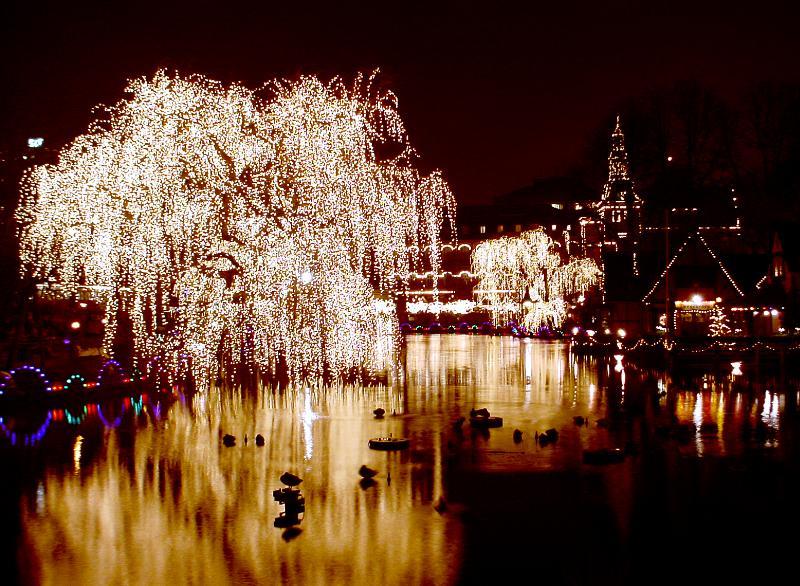 tivoli i köpenhamn med alla ljus tända